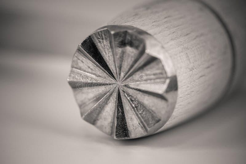 一种木肉软化剂的Monocrome宏观射击,金属末端 免版税库存图片