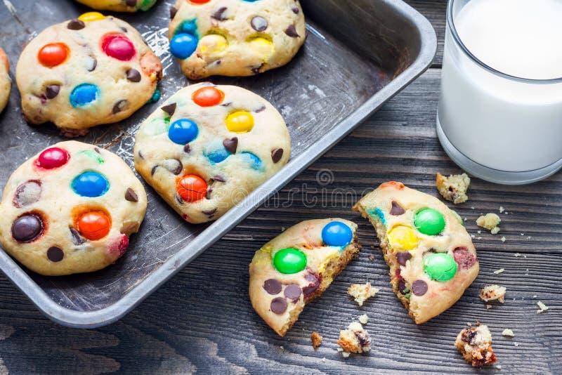 一种油脂含量较高的酥饼用多彩多姿的糖果和巧克力片在金属盘子 免版税库存照片