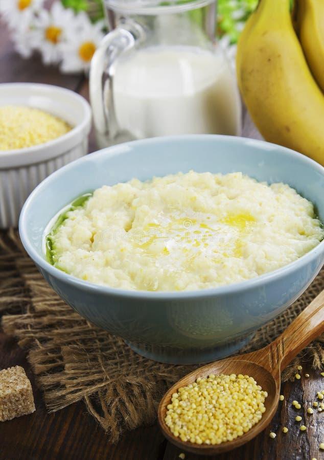 一种牛奶小米粥 免版税库存图片