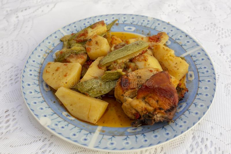 一种肉桂鸡和蔬菜板 免版税库存图片