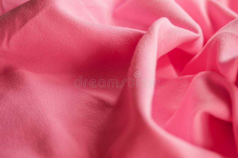 一种运动用粉色微纤毛巾的特写 背景,运动服布 库存照片