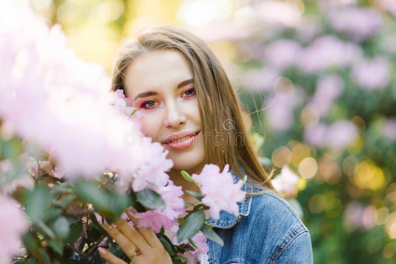 一美丽的少女的画象有直发的在杜鹃花颜色 库存照片