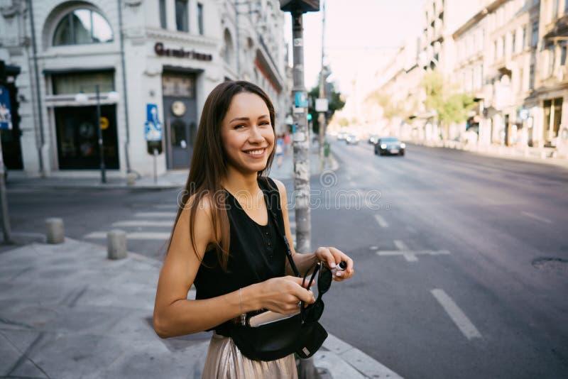 一美丽的少女站立在交叉路 库存照片