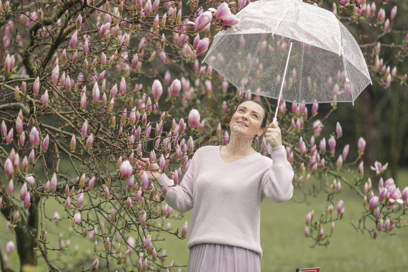 一美丽的年轻女人的时尚画象秋天森林女孩的有伞的 免版税库存照片