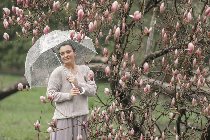 一美丽的年轻女人的时尚画象秋天森林女孩的有伞的 库存图片