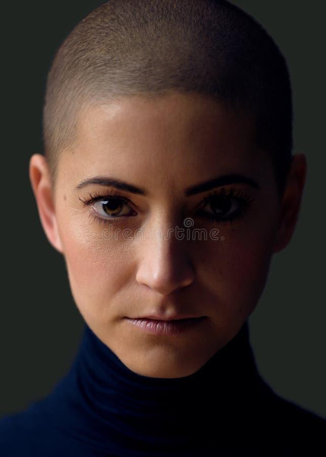 一美丽的年轻女人的画象有短的发型的 华美的女性癌症患者画象 免版税库存照片