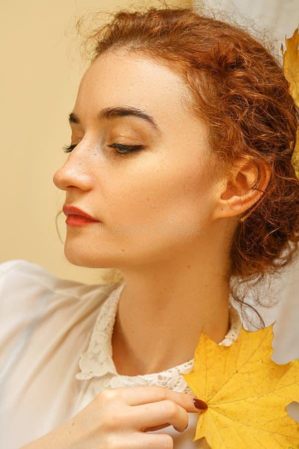 一美丽的年轻女人的画象有红色头发的,微笑充满幸福 库存照片