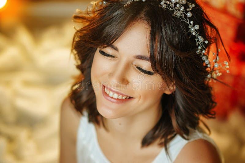 一美丽的年轻女人的画象背景的光,美好的构成和称呼 免版税库存图片
