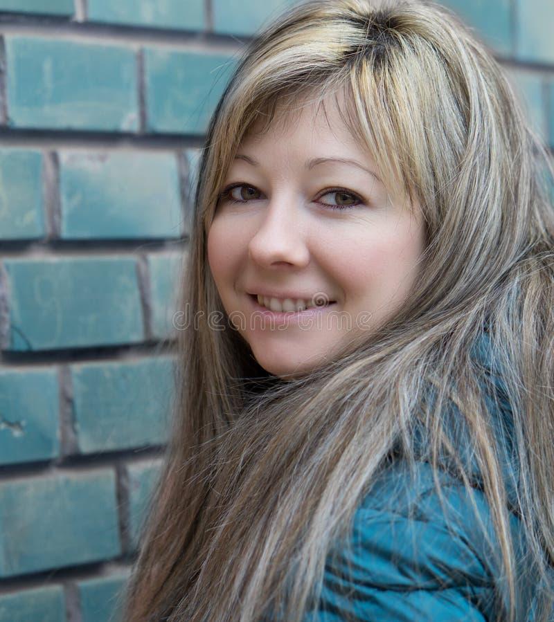 一美丽的年轻女人的画象 免版税库存照片