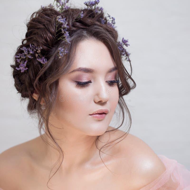 一美丽的年轻女人的精美画象有头发的有辫子的 库存照片