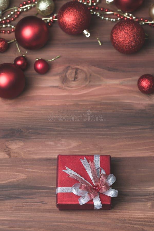 一美丽的当前箱子,红色和金黄圣诞节装饰品arra 图库摄影