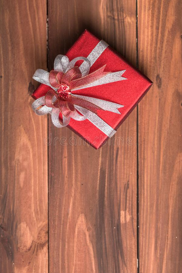 一美丽红色礼物盒整洁包裹与银色和红色ribb 库存照片