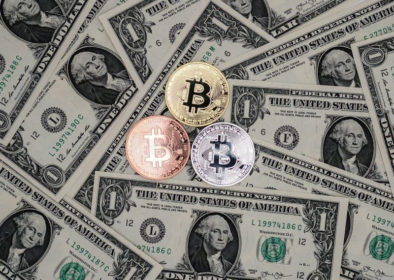 一美元Bitcoin和钞票  玩偶的交换bitcoin 免版税库存照片