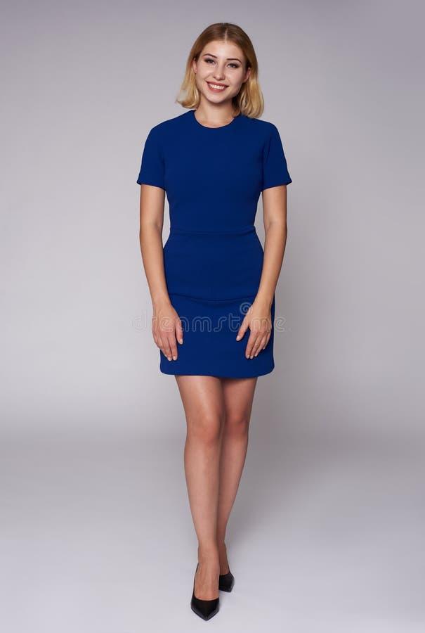 一美女的全长画象蓝色礼服的 库存照片