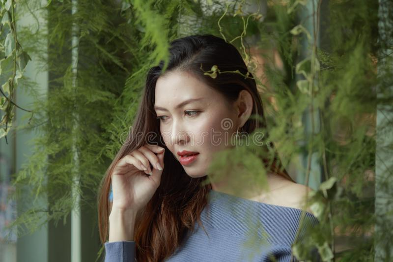 一美女的画象在叶子看下的 免版税库存图片