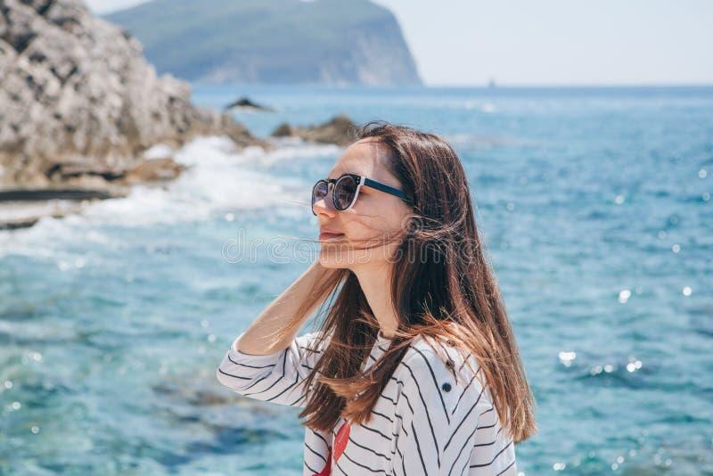 一美女的画象太阳镜的 免版税库存照片
