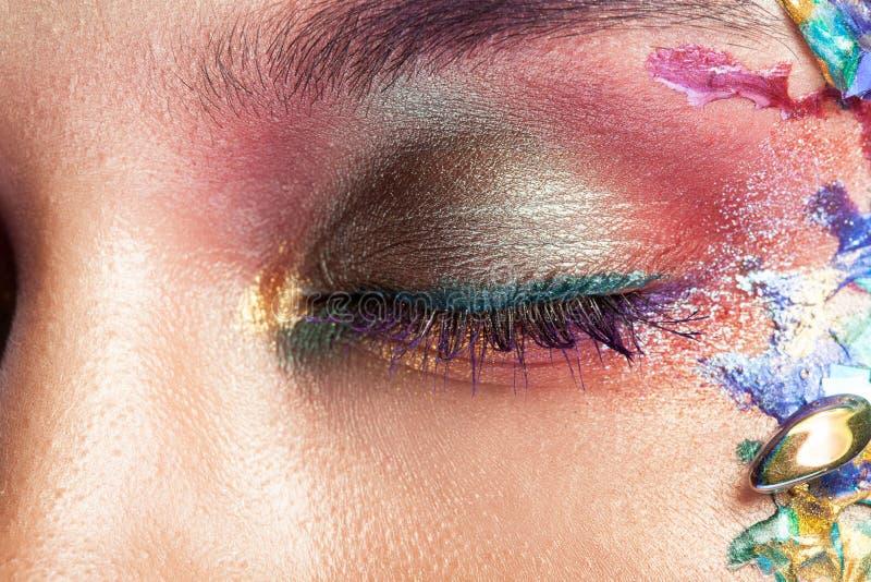 一美女的画象有五颜六色的构成的在她的面孔 免版税图库摄影