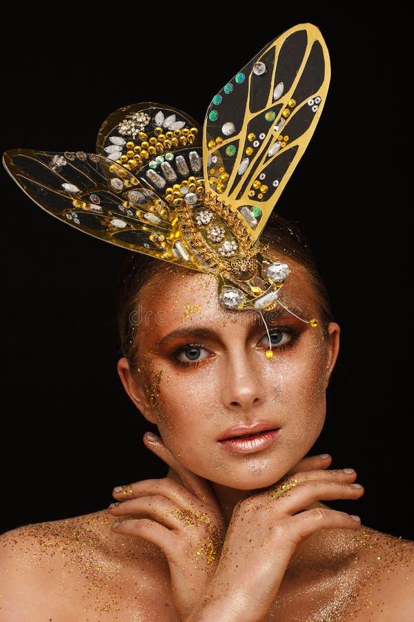 一美女的画象有在古铜的传神创造性的构成的和有在她的头的装饰的 图库摄影