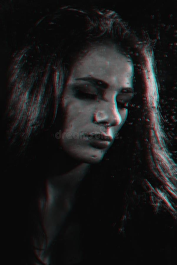 一美女的画象有小故障作用的通过与雨珠的玻璃 库存照片