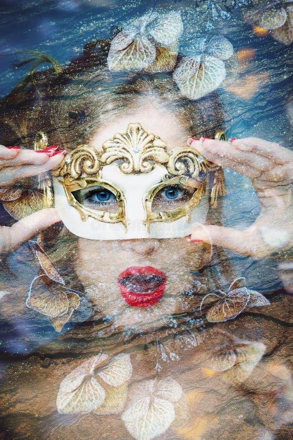 一美女的画象有狂欢节威尼斯式面具两次曝光的 免版税库存图片