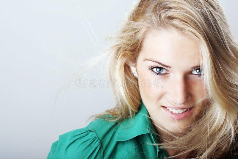 一美好白肤金发妇女微笑的画象 免版税库存照片