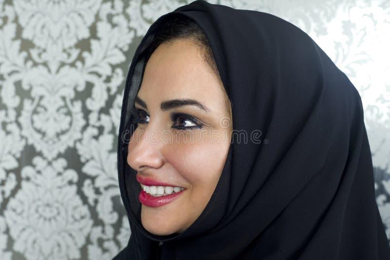 一美好阿拉伯妇女微笑的画象 库存照片