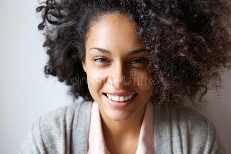 一美好年轻非裔美国人妇女微笑的画象 库存图片
