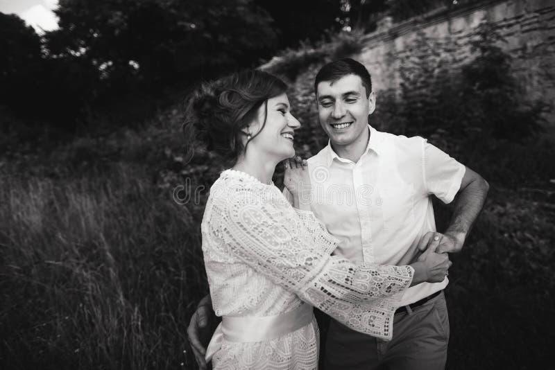 一美妙的爱情故事 走在城堡附近老墙壁的年轻夫妇  E 库存照片