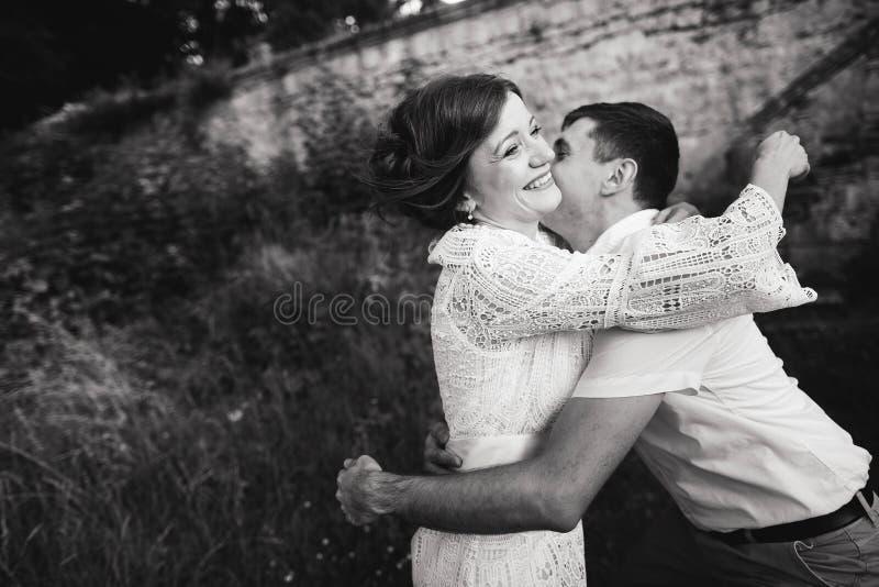 一美妙的爱情故事 走在城堡附近老墙壁的年轻夫妇  E 库存图片