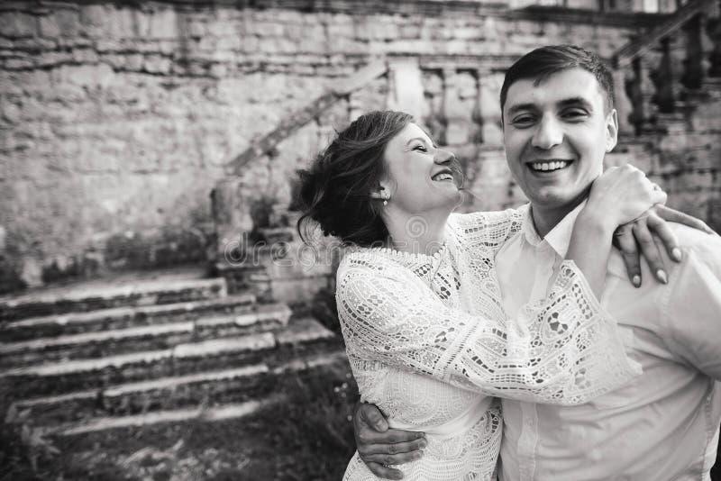 一美妙的爱情故事 走在城堡附近老墙壁的年轻夫妇  E 免版税库存图片
