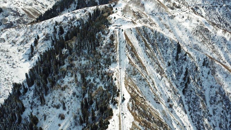 一群人攀登多雪的山 库存照片