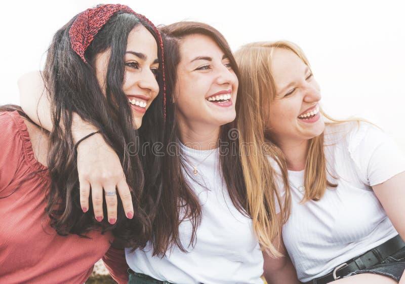 一群快乐的多种族女性游客,玩得开心,笑得开心 — 好朋友们一边享受假期,一边在海边放松 免版税库存照片