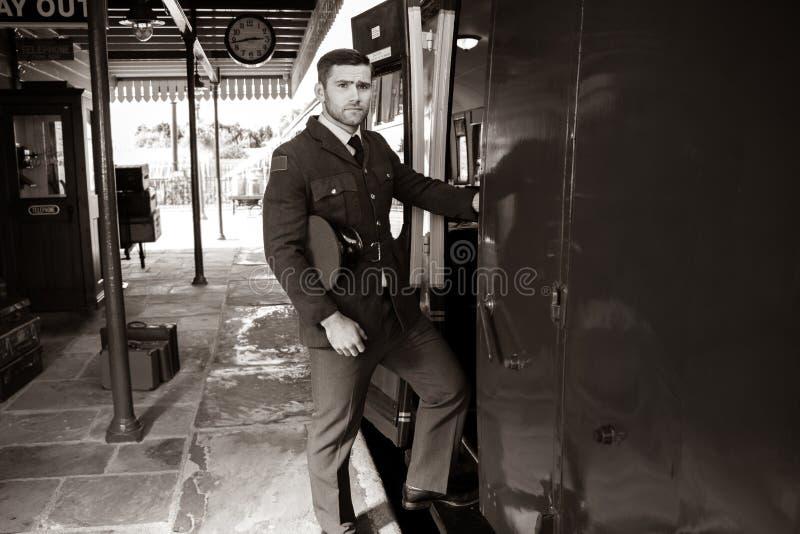 一致的搭乘火车的悦目ww2男性空军军官 免版税库存图片