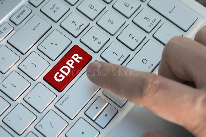 一般数据关于键盘按钮A男性手指的保护章程GDPR按在mod的一个灰色银色键盘的一个颜色按钮 免版税图库摄影