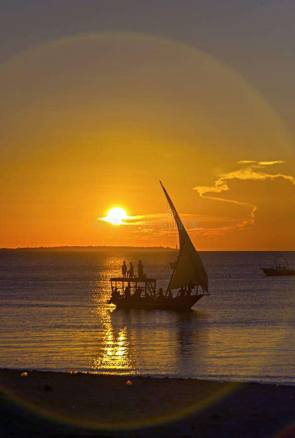 一艘传统单桅三角帆船在桑给巴尔,坦桑尼亚,非洲 日落黄昏sc 图库摄影