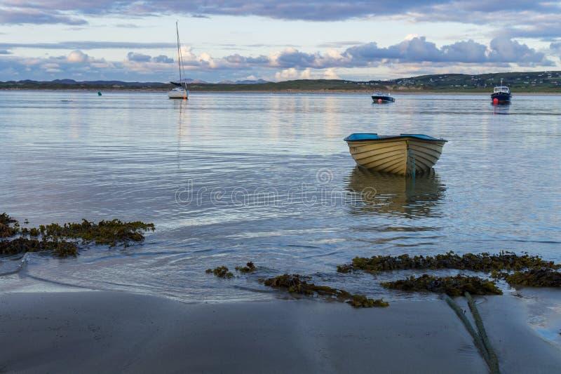 一艘偏僻的划艇 免版税库存照片