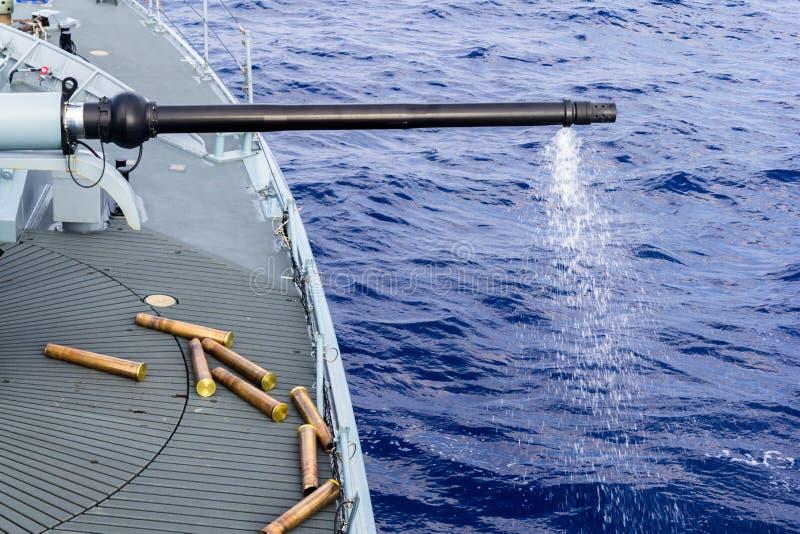 从一艘军舰的被射击的大炮在海 图库摄影