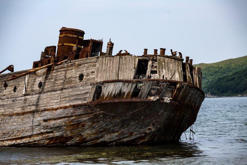 一艘凹下去的船的遗骸在日本海 免版税库存照片