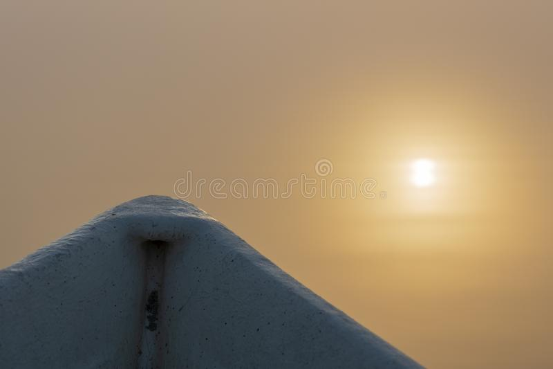 一艘划艇的弓和太阳的反射 免版税库存照片