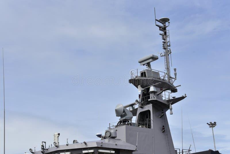 一艘大军舰的甲板用雾颜色和多云天空场面涂的由厚实的钢制成 免版税库存图片