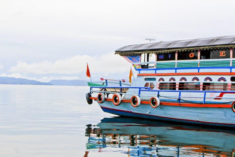 一艘大木船在湖户田 库存图片
