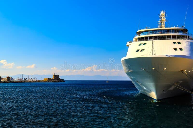 一艘大白色游轮站立在旅游口岸,罗得岛,希腊的码头 图库摄影