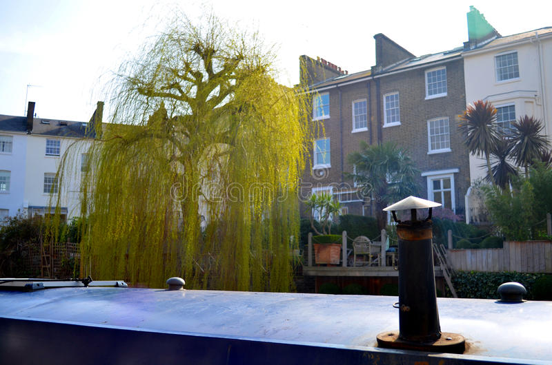 一艘居住船的烟囱与英国大厦的在背景中 免版税库存图片