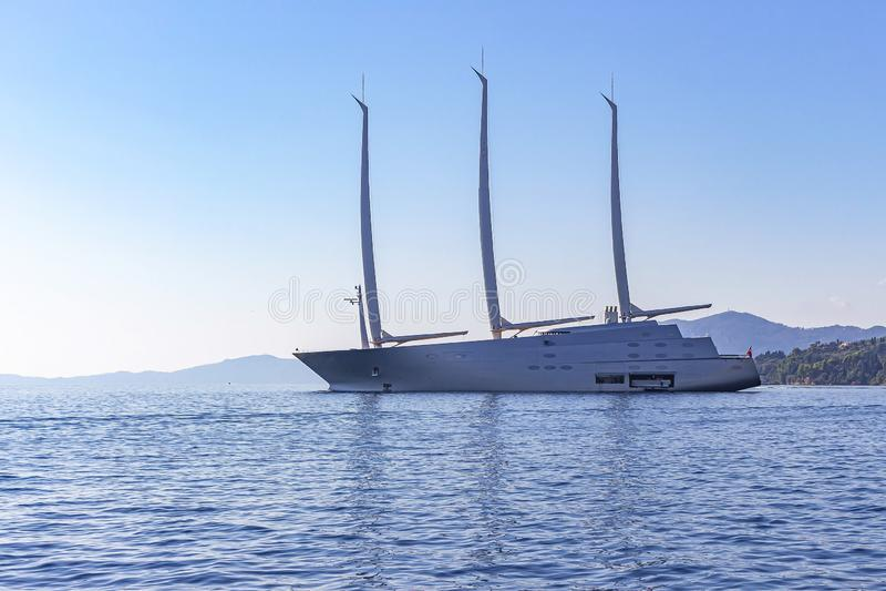 一艘巨大的现代帆船说谎在船锚靠近科孚岛镇,科孚岛,希腊 免版税库存图片