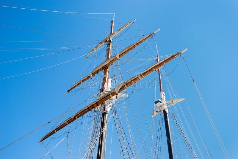 一艘帆船的双帆柱在口岸的 免版税库存照片