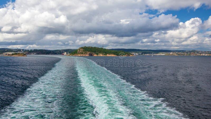 一艘游轮的苏醒在开放海洋的 免版税库存图片