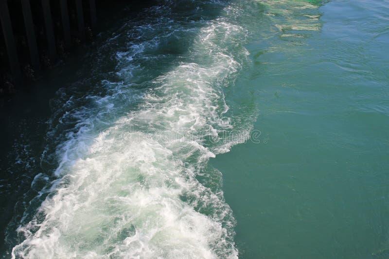 一艘游轮的苏醒在开放海洋的 库存图片