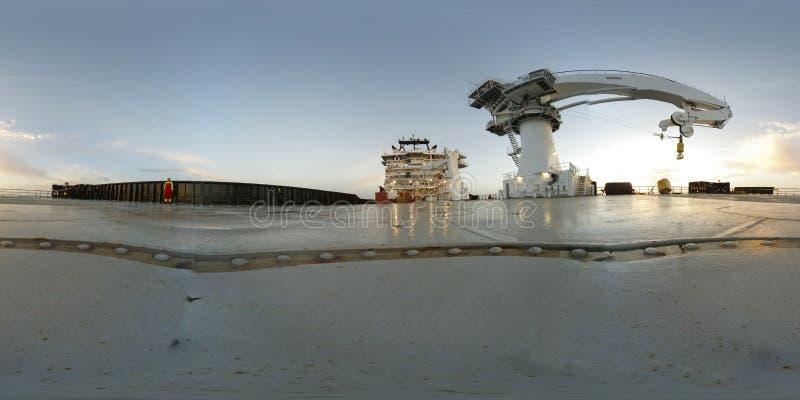 一艘现代近海船的360个VR甲板有大起重机的在甲板 图库摄影