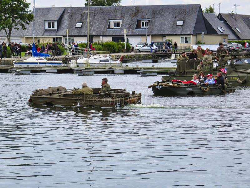 一艘登陆艇的美国海军陆战队员在两栖攻击演示期间在攻击开始日75生日期间在诺曼底,2019年 图库摄影