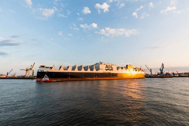一艘船的看法在汉堡和易北河港的  库存照片